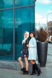 Glücklicher Damen Brunette und blond, die Kamera draußen betrachtend Lizenzfreie Stockbilder