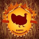 Glücklicher Danksagungs-Tag Gezeichnete Vektorillustration der Weinlese Hand mit Truthahn und Herbstlaub auf hölzernem Hintergrun Lizenzfreies Stockfoto