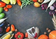 Glücklicher Danksagungs-Tageshintergrund, -tabelle verziert mit Kürbisen, -mais, -früchte und -Herbstlaub Erntefest E lizenzfreie stockbilder