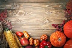 Glücklicher Danksagungs-Tageshintergrund, -tabelle verziert mit Kürbisen, -mais, -früchte und -Herbstlaub Erntefest E stockbilder
