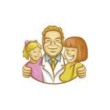 Glücklicher Doktor, der Mutter und Mädchen umarmt Stockfotografie