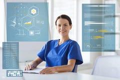 Glücklicher Doktor oder Krankenschwester mit Klemmbrett am Krankenhaus Stockfoto