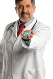 Glücklicher Doktor Offering Prescription Lizenzfreies Stockbild