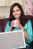 Glücklicher driinking Kaffee der jungen Frau Stockfotografie