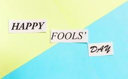 Glücklicher Dummkopf-Tag druckte Phrase auf grün-blauem Hintergrund Lizenzfreies Stockfoto
