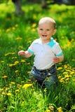 Glücklicher einjähriger alter Junge auf einem Weg in einem Park Stockfoto