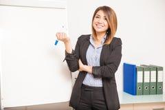 Glücklicher Englischlehrer, der eine Markierung hält Stockfotos