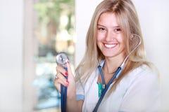 Glücklicher erfolgreicher junger weiblicher Doktor Stockfotos