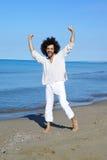 Glücklicher erfolgreicher Mann, der vor dem Meer lächelt lizenzfreies stockfoto