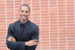 Glücklicher ethnischer freundlicher Geschäftsmann Smiling mit Kopien-Raum Stockfotos