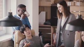 Glücklicher europäischer weiblicher Führer motiviert junge multiethnische Angestellte an der modernen gesunden Büroteambesprechun stock video footage