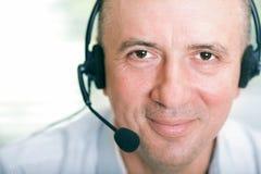 Glücklicher fälliger Geschäftsmann mit Kopfhörer Lizenzfreie Stockfotos