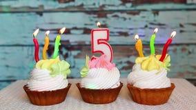 Glücklicher fünfter Geburtstag mit Zahl fünf Kerze auf Kuchen, Jahrestag stock video