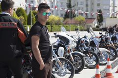 Glücklicher Fahrer, der Harley Davidson reitet stockbilder