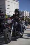 Glücklicher Fahrer, der Harley Davidson reitet lizenzfreie stockfotos