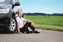 Glücklicher Fahrer des jungen Mannes nahe einem Neuwagen, draußen Lizenzfreies Stockfoto