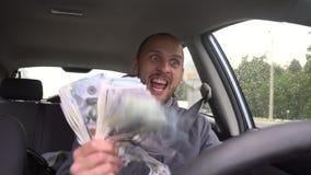Glücklicher Fahrer mit großen Gelddollar Erfolg Konzept auf dem Thema der Lotterie, Gewinne, Spielautomaten, Geschäftserfolg stock video