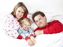 Glücklicher Familie Snuggle Stockfoto