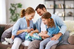 Glücklicher Familienmuttervater und -kinder zu Hause auf Couch lizenzfreies stockfoto