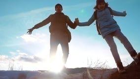 Glücklicher Familienvati mit Tochterteamwork-Touristenschattenbildkonzept Zeitlupevideo Vati und Tochter mit Rucksäcken stock video