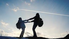 Glücklicher Familienvati mit Tochterteamwork-Touristenschattenbildkonzept Zeitlupevideo Vati und Tochter mit Rucksäcken stock video footage