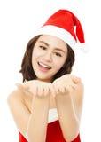 Glücklicher Fokus der jungen Frau auf ihren Händen Lokalisiert auf Weiß Lizenzfreies Stockfoto