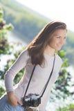 Glücklicher Fotograf der jungen Frau, der alte Kamera verwendet Lizenzfreie Stockbilder