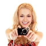 Glücklicher Fotograf der jungen Frau, der Fotos mit Fotokamera tut Lizenzfreie Stockfotos
