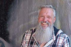 Glücklicher fröhlicher Mann mit einem langen Bart stockfotografie