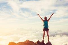 Glücklicher Frauen-Wanderer mit den offenen Armen bei Sonnenuntergang auf Bergspitze lizenzfreie stockfotos
