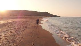Glücklicher Frauenlauf am Strand stock video footage