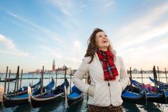 Glücklicher Frauenreisender, der auf Damm in Venedig, Italien steht Stockbilder