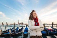 Glücklicher Frauenreisender, der auf Damm in Venedig, Italien steht Stockbild