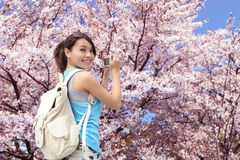 Glücklicher Frauenreisender machen ein Foto lizenzfreies stockfoto