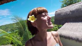 Glücklicher Frauentourist auf einer Tropeninsel Nusa Lembongan, Bali, Indonesien Mädchenreisender, der um frohes und glückliches  stock video