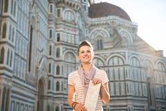Glücklicher Frauentourist mit der Karte, die vor Duomo, Italien steht Lizenzfreie Stockfotografie