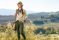 Glücklicher Frauenwanderer, der Toskana-Ansicht untersucht Abstand genießt Lizenzfreies Stockbild