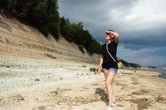 Glücklicher Frauenwanderer gehen zu reisen und etwas mit den Waldenormen Wolken zu schauen, kaukasisch lizenzfreies stockbild