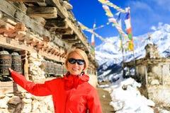Glücklicher Frauenwanderer und -gebet drehen herein Nepal Lizenzfreies Stockfoto