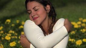 Glücklicher freudig erregt weiblicher Jugendlicher stock footage