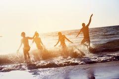 Glücklicher Freundstrand-Ferienfeiertag lizenzfreie stockfotos