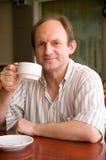 Glücklicher gealterter Mann mit Kaffee Stockbild