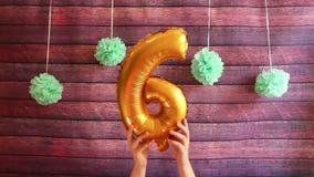 Glücklicher 6. Geburtstag, goldene Luftballone mit Nr. sechs stock video footage