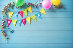 Glücklicher Geburtstagsfeierhintergrund mit Text und bunten Werkzeugen lizenzfreies stockfoto