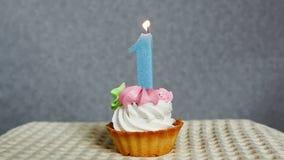 Glücklicher 1 Geburtstagskuchen und blaue Nummer Eins-Kerze stock video footage