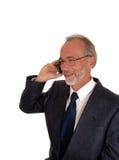 Glücklicher Geschäftsmann auf Handy Stockbild