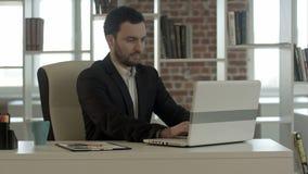 Glücklicher Geschäftsmann beendete seine Arbeit im Büro stock video footage