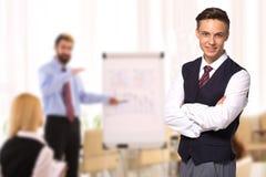 Glücklicher Geschäftsmann bei der Teambesprechung im Auditorium lizenzfreie stockfotografie