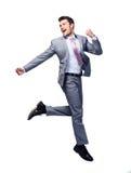 Glücklicher Geschäftsmann, der über weißen Hintergrund läuft stockfoto