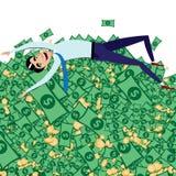 Glücklicher Geschäftsmann, der auf großem Stapel des Geldes liegt Lizenzfreie Stockfotos